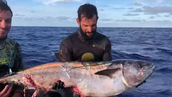 Cole Harrison ze złowioną rybą - Sputnik Polska