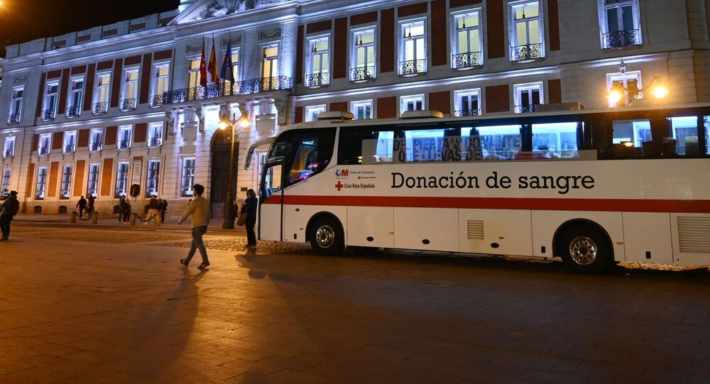 Autobus zespołu medycznego dyżuruje na placu Puerto Den Sol w Madrycie