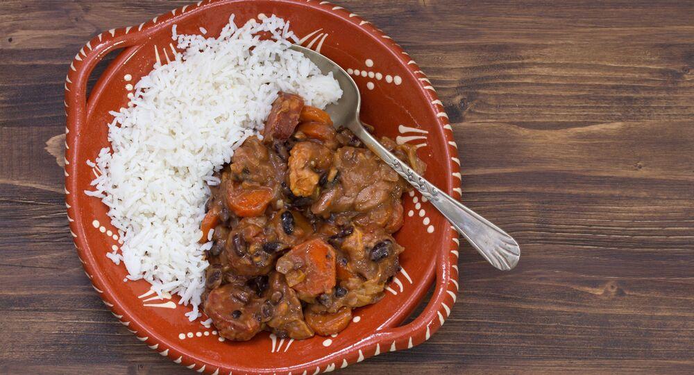 Portugalskie danie z mięsa i ryżu feijoada