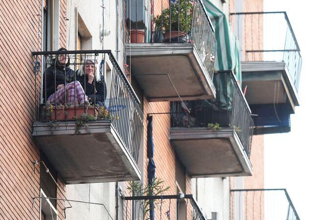Dziewczyny na balkonie w Mediolanie podczas kwarantanny