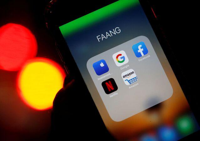 Ikony aplikacji Google, Amazon, Facebook, Apple i Netflix na ekranie telefonu
