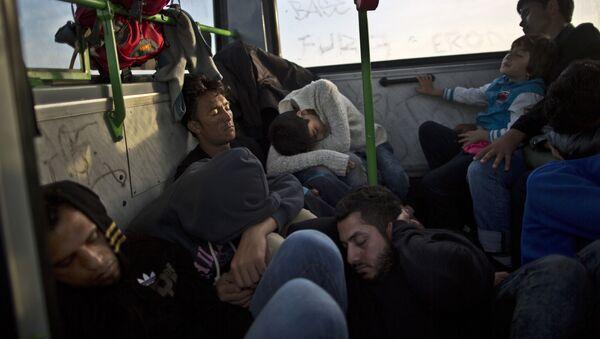 Czekający na pociąg do granicy uchodźcy śpią w autobusie - Sputnik Polska