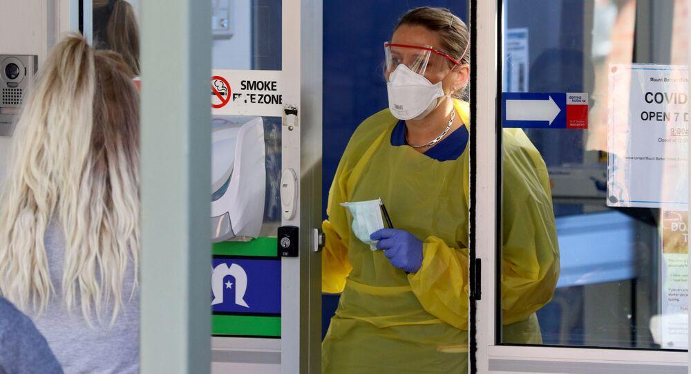 Pielęgniarka przy wejściu do nowej kliniki dla zarażonych koronawirusem w Australii