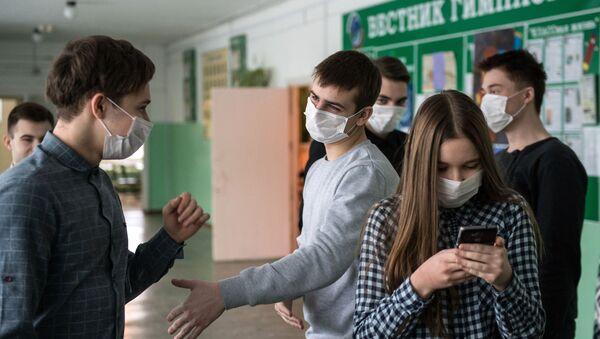 Uczniowie jednego z gimnazjów w Omsku w maskach ochronnych - Sputnik Polska