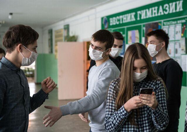 Uczniowie jednego z gimnazjów w Omsku w maskach ochronnych