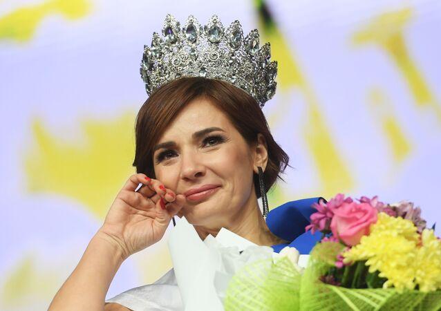 """Zwyciężczyni konkursu piękności """"Miss Tatarstan 2020"""" Gulnara Siraziewa podczas ceremonii wręczenia nagród"""