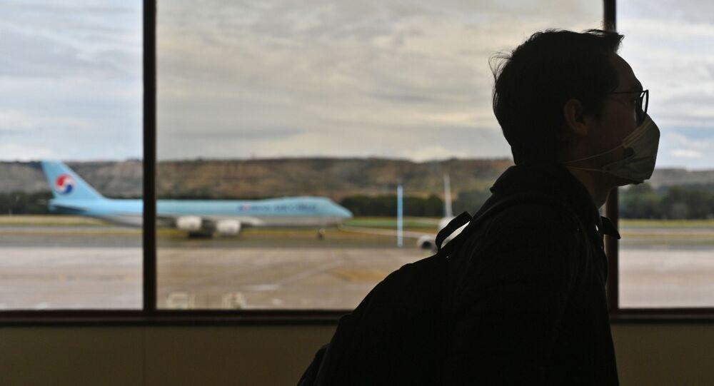 Pasażer w masce medycznej na lotnisku w Madrycie