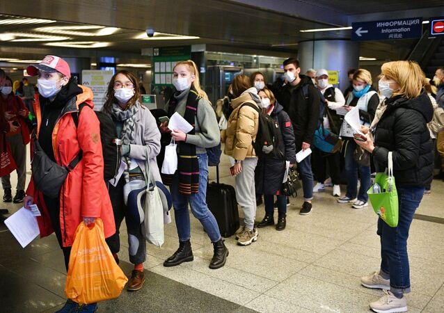 Kontrola sanitarna na moskiewskim lotnisku Wnukowo