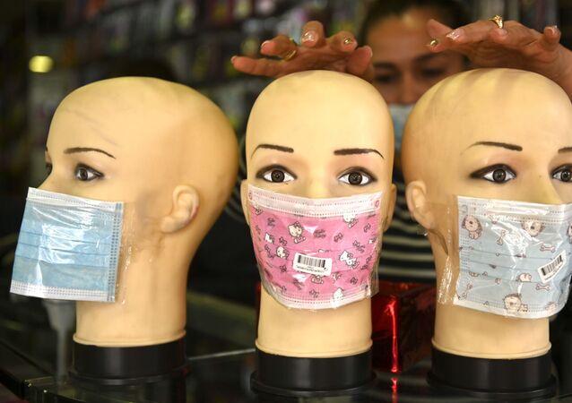 Manekiny w maskach ochronnych w sklepie w Bogocie