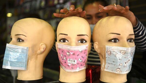 Manekiny w maskach ochronnych w sklepie w Bogocie - Sputnik Polska
