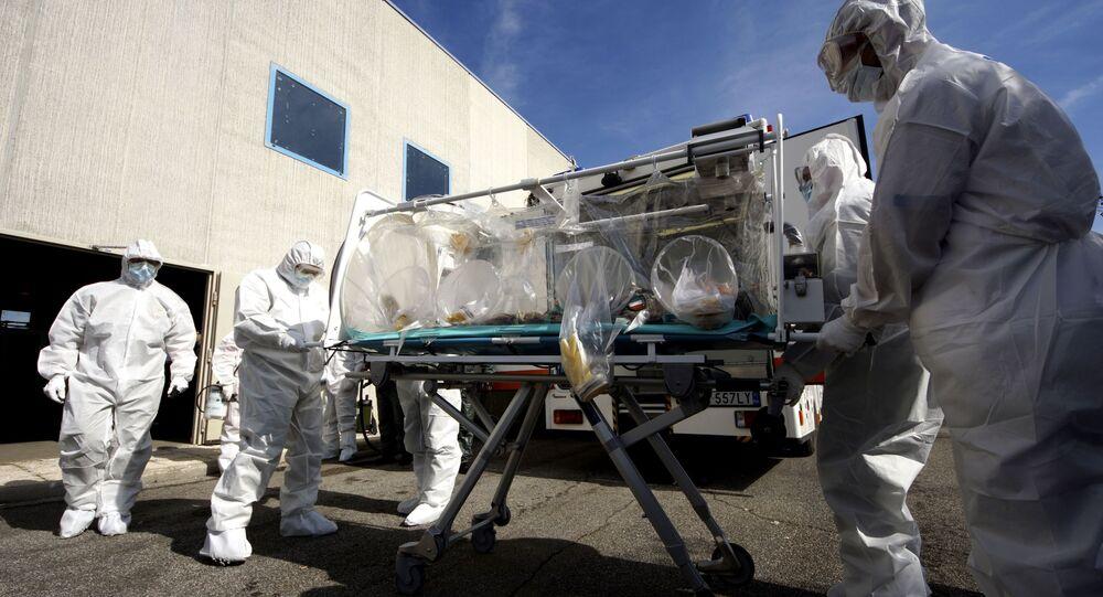 Włoscy lekarze uczą się jak transportować pacjentów zakażonych