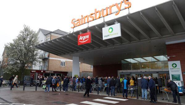 Ludzie w supermarkecie Sainsbury's w Wielkiej Brytanii - Sputnik Polska