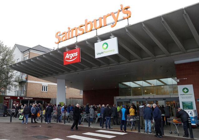 Ludzie w supermarkecie Sainsbury's w Wielkiej Brytanii