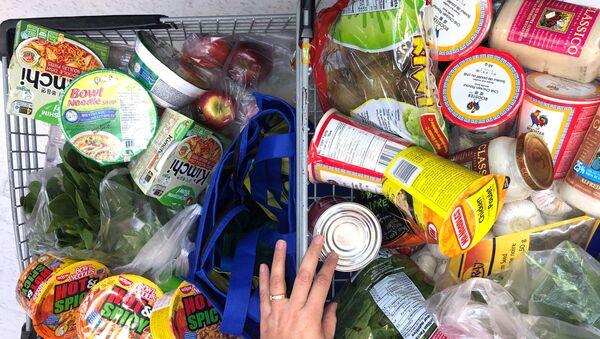 Konsument z wózkiem w supermarkecie w Kanadzie - Sputnik Polska