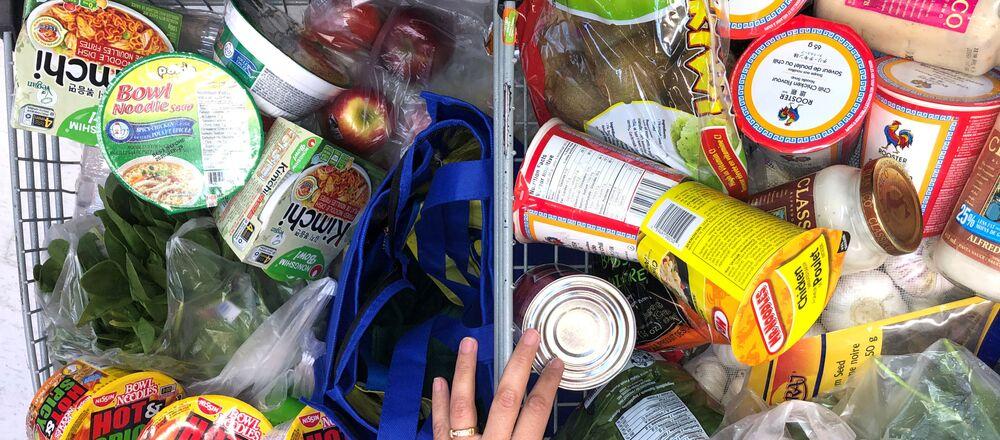 Konsument z wózkiem w supermarkecie w Kanadzie