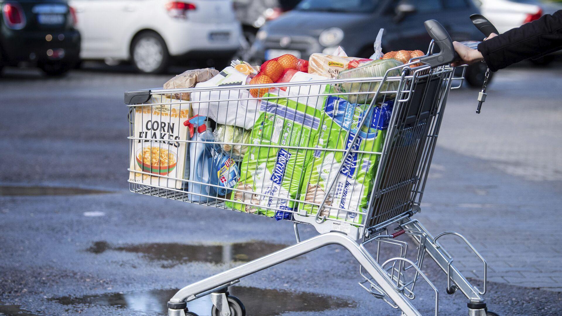 Konsument z wózkiem w supermarkecie w Niemczech - Sputnik Polska, 1920, 26.08.2021