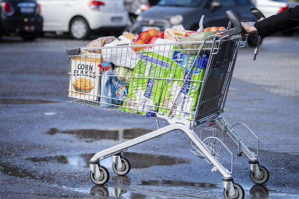 Konsument z wózkiem w supermarkecie w Niemczech