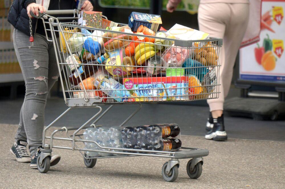 Konsument z wózkiem w supermarkecie w Austrii