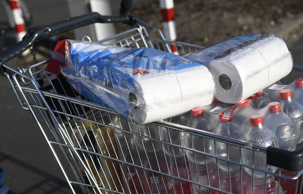 Papier toaletowy w koszyku w supermarkecie w Dortmundzie
