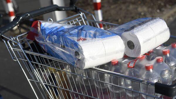 Papier toaletowy w koszyku w supermarkecie w Dortmundzie - Sputnik Polska