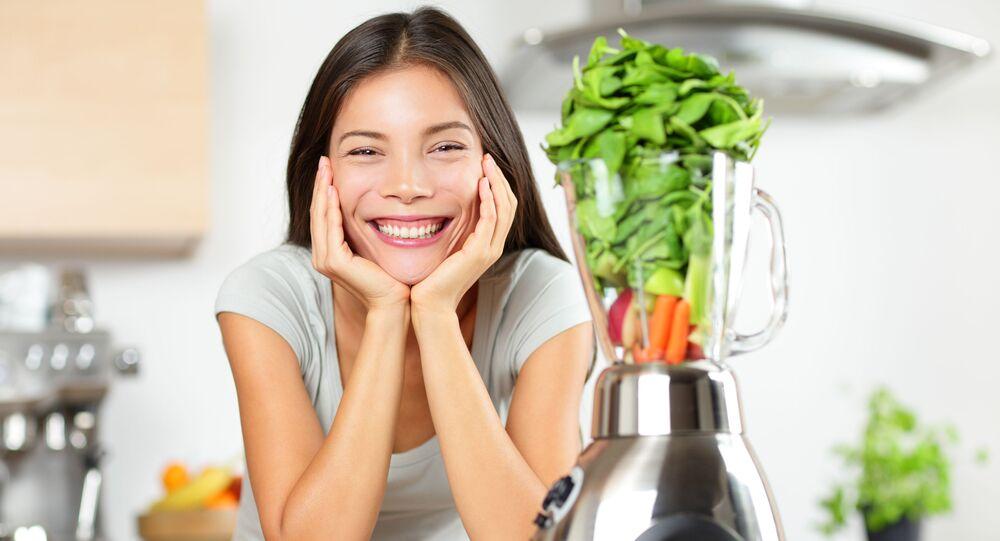 Dziewczyna podczas przygotowywania napoju warzywnego
