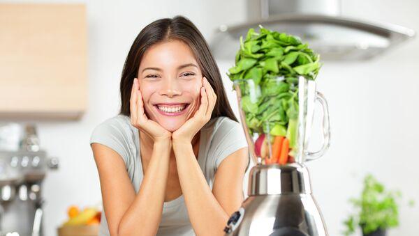 Dziewczyna podczas przygotowywania napoju warzywnego - Sputnik Polska