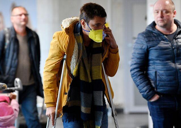 Сhłopak w masce na lotnisku