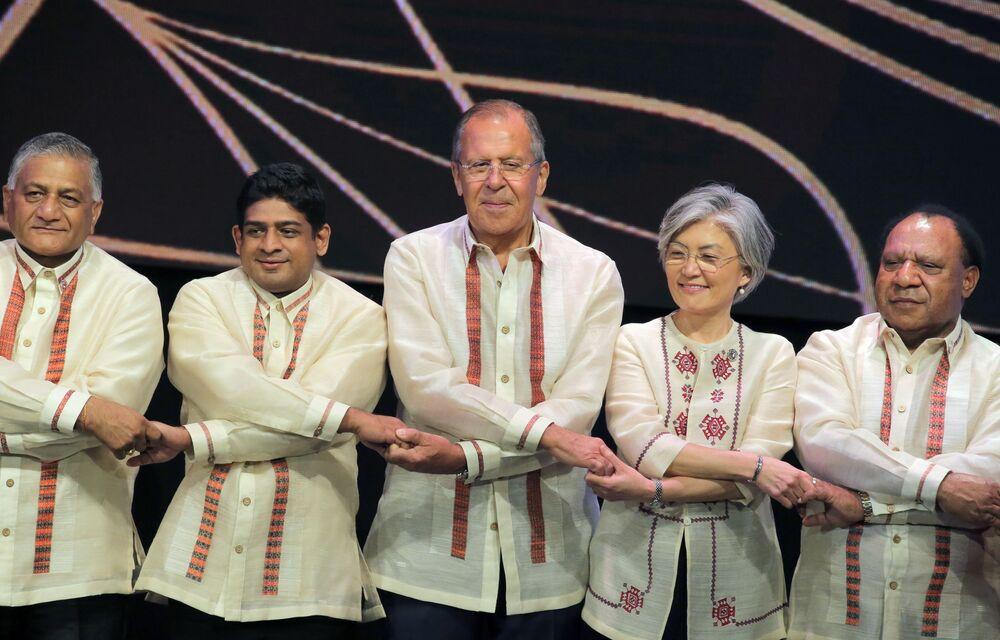 Siergiej Ławrow na sesji zdjęciowej podczas szczytu w Manili