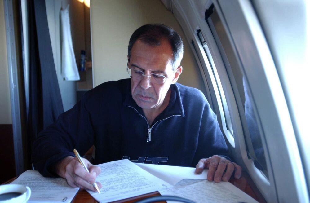 Siergiej Ławrow pracuje w samolocie