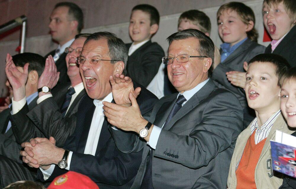 Siergiej Ławrow ogląda mecz hokeja