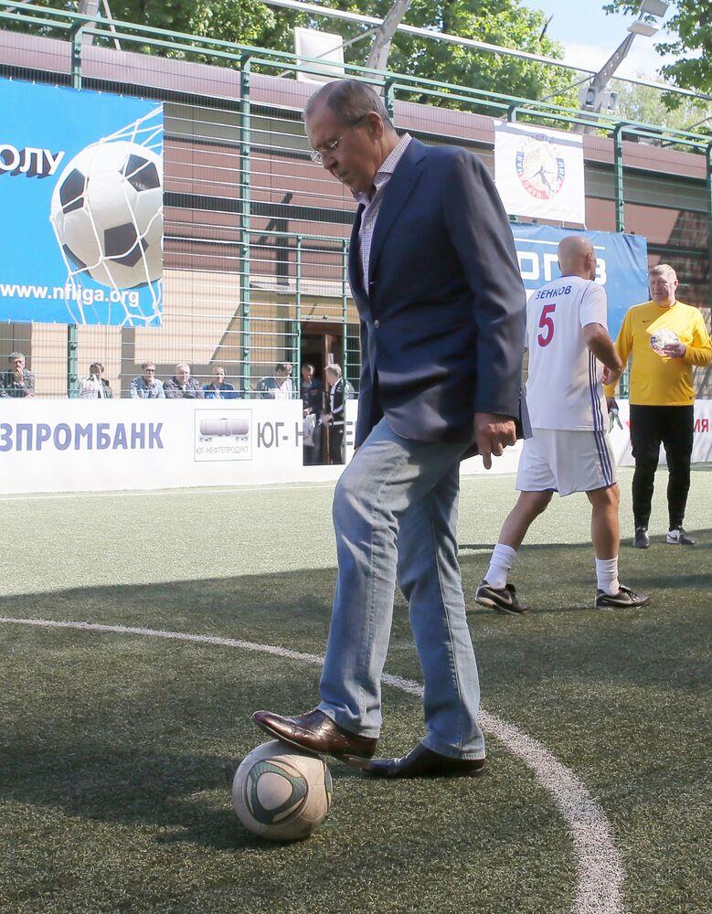 Siergiej Ławrow z piłką