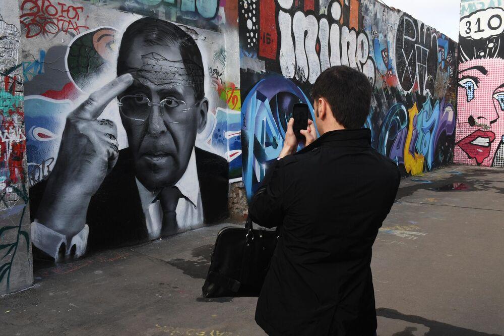Graffiti z portretem ministra Siergieja Ławrowa w Moskwie