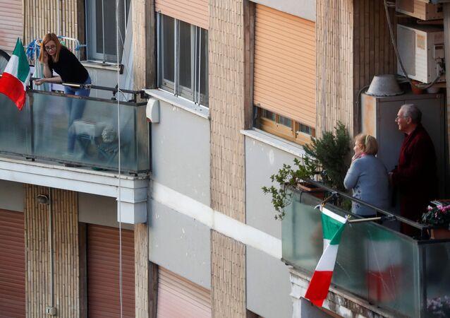 Ludzie na balkonach podczas kwarantanny w Rzymie