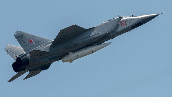 """Myśliwiec MiG-31 uzbrojony w rakietę """"Kindżał"""" - Sputnik Polska"""
