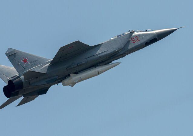 """Myśliwiec MiG-31 uzbrojony w rakietę """"Kindżał"""""""