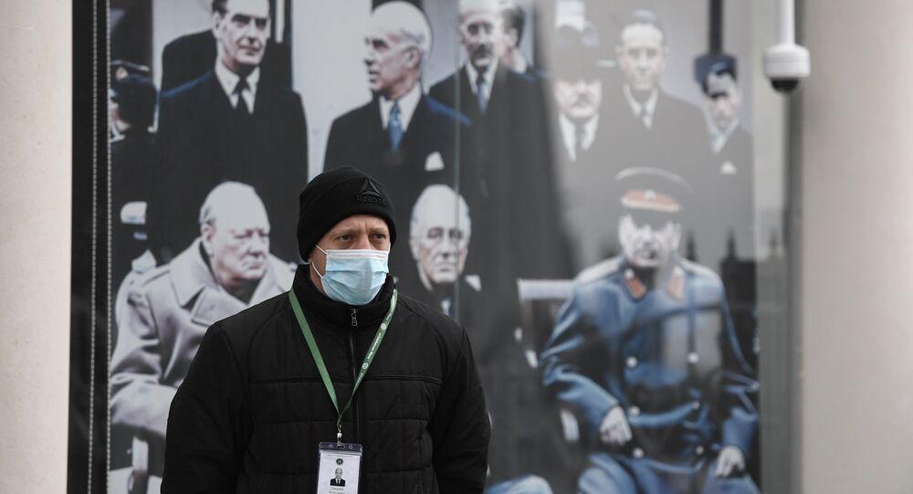 Pracownik pałacu Liwadia - muzeum na Krymie z maską ochronną. Tryb podwyższonej gotowości obowiązuje w Sewastopolu i na Krymie od 17 marca w związku z sytuacją z koronawirusem
