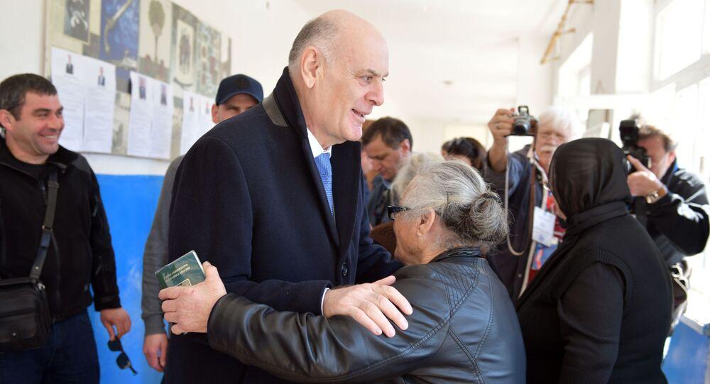 Kandydat na prezydenta Abchazji Aslan Bżanija w dniu powtórnych wyborów w lokalu wyborczym w miejscowości Talysz, rejon oczamczirski