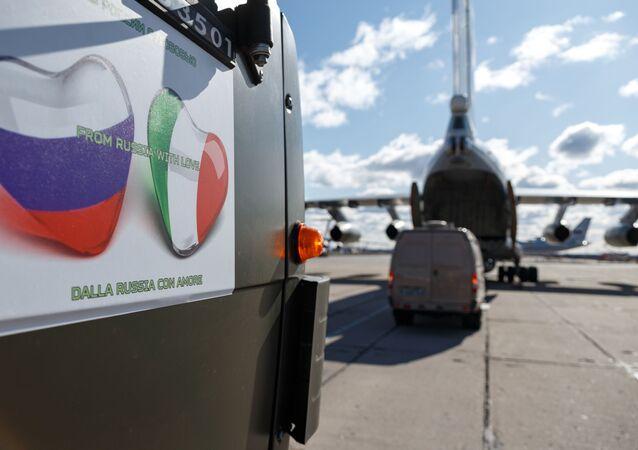 Samochód ze sprzętem medycznym przeznaczony do wysłania do Włoch w celu zwalczania wirusa COVID-19
