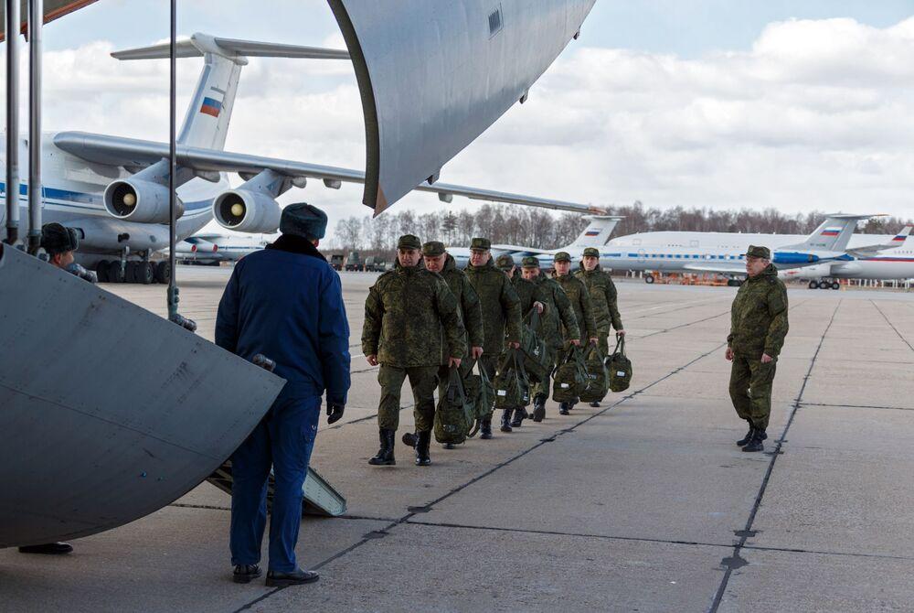 Rosyjscy żołnierze podczas wchodzenia na pokład samolotu rosyjskich sił powietrznych Il-76 MD