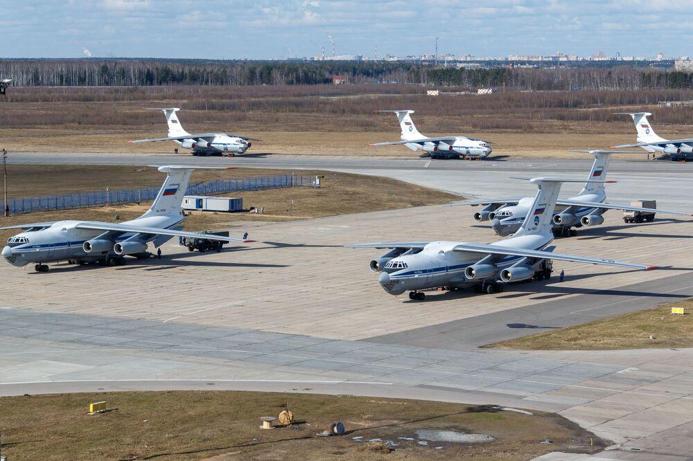 Rosyjski wojskowy samolot transportowy Il-76 MD ze sprzętem medycznym przeznaczonym do wysyłki do Włoch w celu zwalczania wirusa COVID-19
