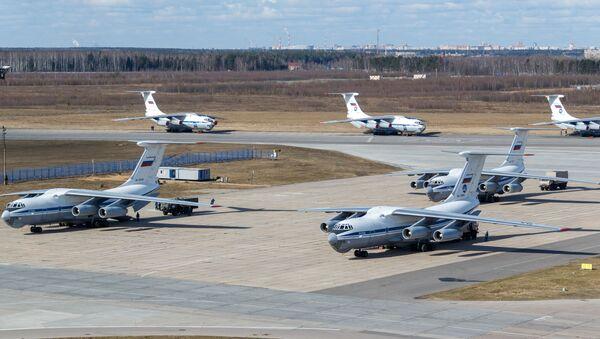 Rosyjski wojskowy samolot transportowy Il-76 MD ze sprzętem medycznym przeznaczonym do wysyłki do Włoch w celu zwalczania wirusa COVID-19 - Sputnik Polska