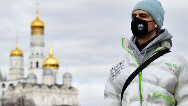 Chłopak w masce w Moskwie - Sputnik Polska