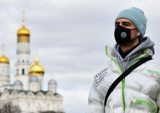 Chłopak w masce w Moskwie