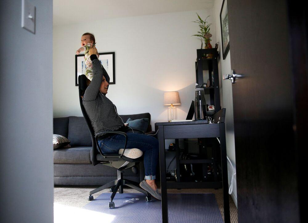 Członkini Rady Miasta Seattle podczas pracy zdalnej z domu w Seattle, USA