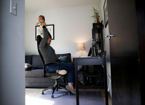 Członkini Rady Miasta Seattle podczas pracy zdalnej z domu w Seattle, USA - Sputnik Polska