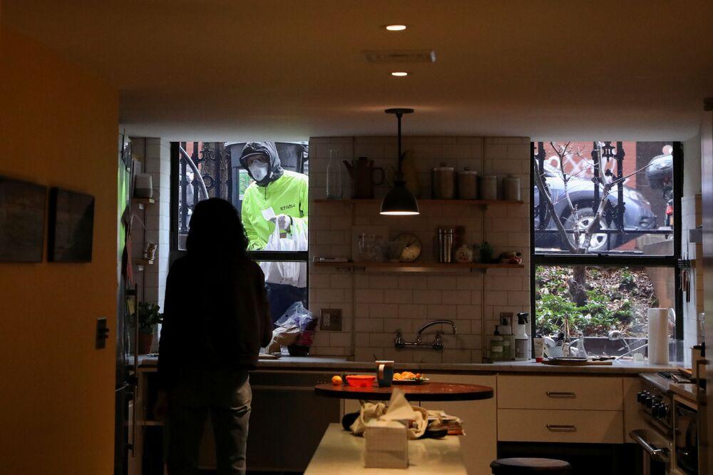 Naomi Hassebroek w czasie przerwy obiadowej podczas pracy z domu w Nowym Jorku, USA