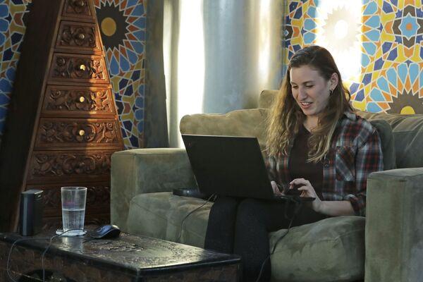 Rebecca Sirull pracuje zdalnie z domu w Seattle w USA - Sputnik Polska