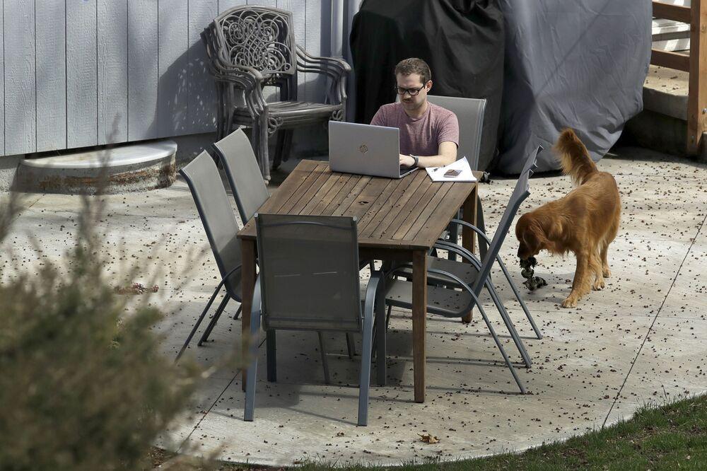 Erik Wray pracuje z domu w Overland Park, USA