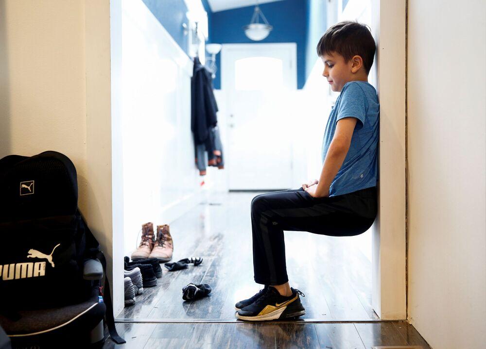 9-letni Caidence Miller podczas nauki w domu w Woodinville, USA