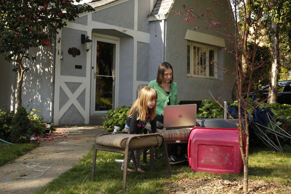 Alison Steffensen z córką Elin pracującą zdalnie z domu w Sacramento w Kalifornii